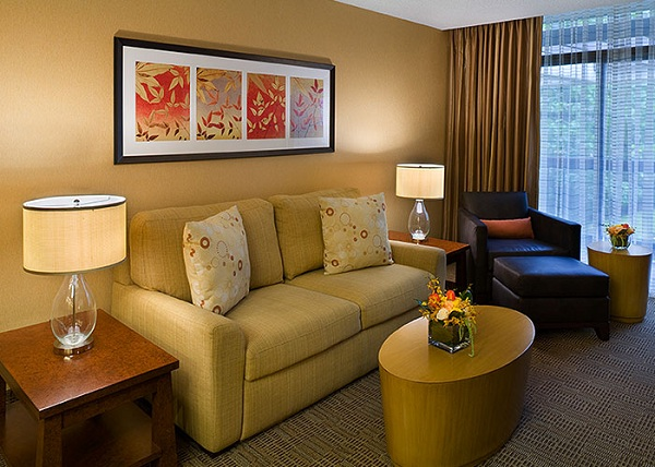 Tips to decorate bedroom like best hotel room design for Hotel home decor